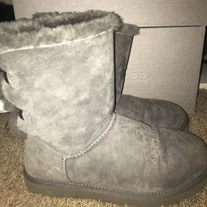 Grey shirt bailey bow ugg boots